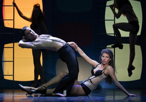 Stohl Luca a Chicago előtt is látható volt már együtt apjával egy darabban: amikor Stohl András a Mágnás Miska címszerepét kapta az Alföldi Róbert rendezte darabban, lánya a tánckarban szerepelt.