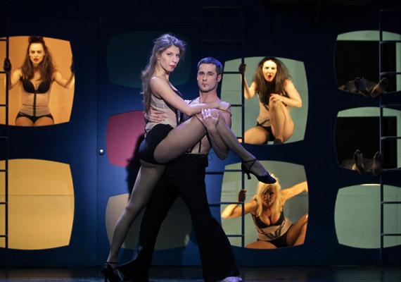 Stohl Luca és Gombai Szabolcs - a tánckar nőtagjai dögös fehérneműben láthatóak a színpadon.