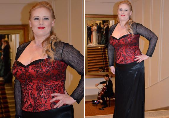 A Jóban Rosszban című sorozat Bodolai Böbéje, Cseke Katinka is megvillantotta szexis oldalát a gálán ebben a vörös-fekete fűzős estélyiben.