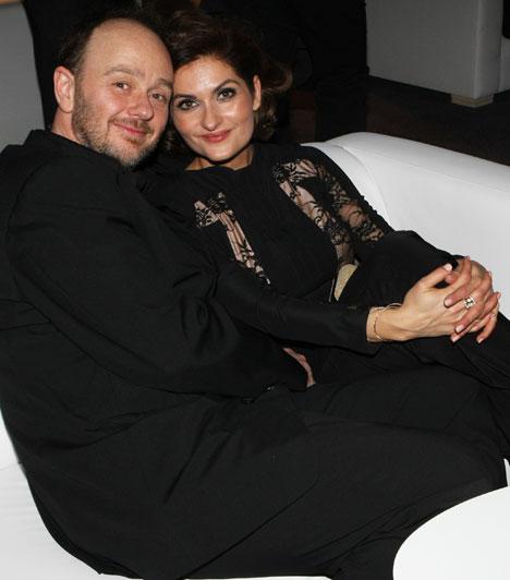 Varga Izabella és Lendvai ZoltánA Barátok közt másik bombázója is szerelmesen turbékolt férjével. 15 éve házasok, de még mindig majd' kicsattannak a boldogságtól.