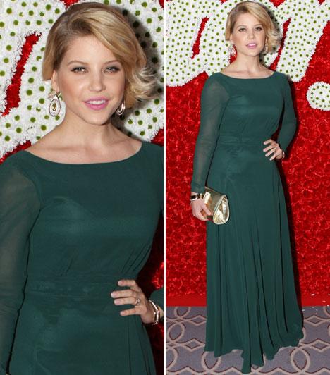Szabó ZsófiAz RTL Klub műsorvezetője az egyszerű szabásvonalakra szavazott. Ő tervezte a zöld ruhát, amelyhez arany kiegészítőket választott.