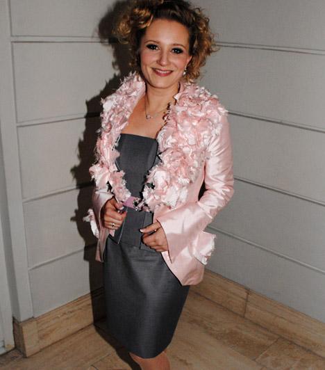 Mérai Katalin  A Barátok közt anyukája a Strory-gálán igazi dívaként pózolt a kamerának, ruháját egy bohókás, rózsaszín felsővel dobta fel.