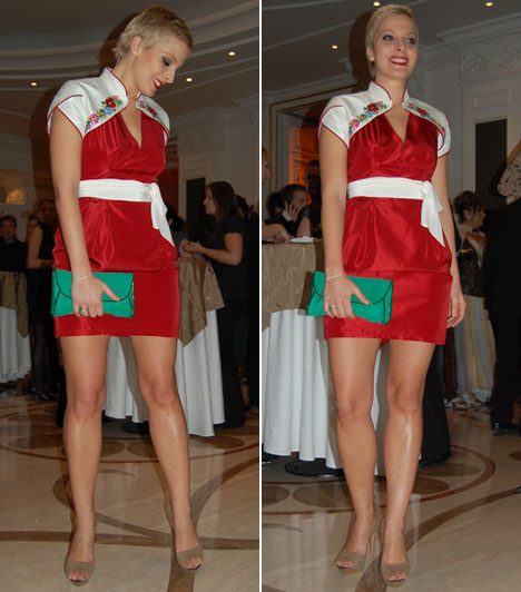 Tatár Csilla  Tatár Csilla műsorvezetőnő is magyaros motívumokkal tettte különlegessé élénk piros koktélruháját. A tervezőnő, Hrivnák Tünde kalocsai motívumokat álmodott a piros betétes fehér boleróra.