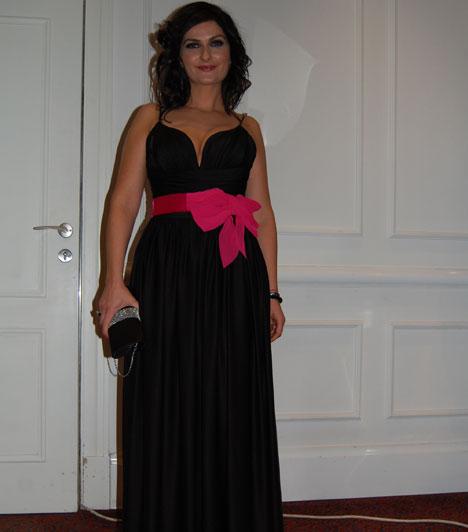 Varga Izabella  Varga Izabella az Orlando divatszalon egy földig érő, klasszikus fekete estélyije mellett döntött, amelyet egy élénk, pink színű masni tett különlegessé.