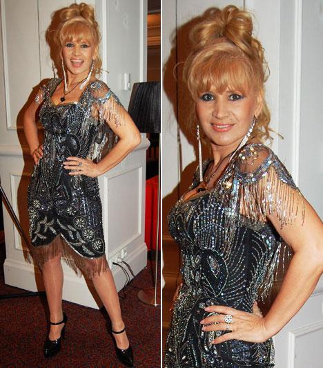Bíró IcaA divattervezőként végzett fitness lady maga szabta át egyik régebbi ruháját a gálára. Az ötvenes évei közepén lévő sztár strasszokkal, flitterekkel és csipkével díszített kreációjában mutatta meg irigylésre méltó alakját.