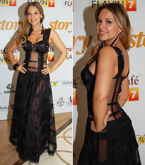 DundikaA modell és DJ, mint a mesében: viselt is ruhát, meg nem is. Az átlátszó betétekkel megalkotott fekete ruha nem sokat bízott a fantáziára.