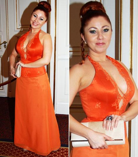 Gyebnár Csekka  A Barátok közt vörös hajú szereplője Halász Éva egy merészen dekoltált, narancsszínű estélyi ruháját húzta fel.