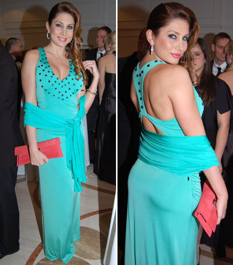 Horváth ÉvaA modell és műsorvezető türkizbe bújt, a Magenta kreációját egy piros táskával dobta fel.