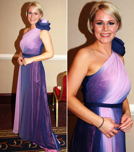 Jegyes-Tóth Kriszta  Az MTVA műsorvezetőjének aszimmetrikus ruhájának egyediségét a lilából rózsaszínbe való átmenete és a vállára tűzött nagyméretű virág adta.