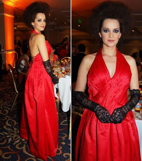 Kondákor ZsófiaA Jóban Rosszban Veronkája Léber Barbara piros estélyi ruhája mellett frizurájával is magára vonta a fotósok figyelmét.