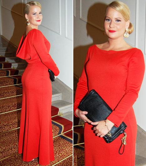Mádai Vivien  Az RTL Klub Reflektor című bulvár magazinjának műsorvezetője a piros egy visszafogottabb árnyalatában pompázott. Az ejtett hátú, egyszerű vonalvezetésű ruhához nagyméretű arany fülbevalókat húzott.