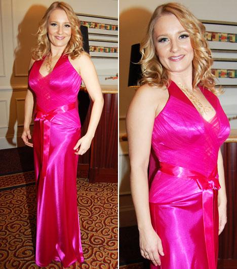 Mérei Kata  A Barátok közt színésznője Halász Éva élénk pink ruháját választotta, melyhez visszafogott sminket és ékszerek helyett Dévényi Kathy aranyszínű henna festését viselte.