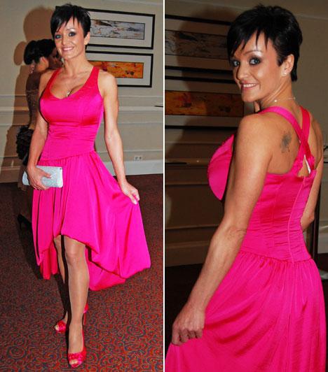 SzandiAz énekesnő szokás szerint a Warp Zone-t választotta: az élénk pink, aszimmetrikus ruhához ugyanilyen színű cipő dukált ezüst retiküllel és ékszerekkel.