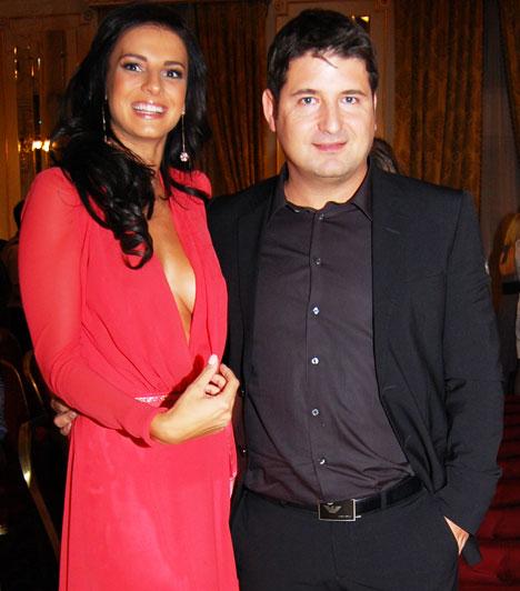 Hajdú Péter és Sarka KataHajdú Péter felesége, Sarka Kata egybehangzó vélemények szerint a Story-gála legmerészebb ruháját viselte. Az sem kétséges, hogy a modellnek, aki 2008 nyarán házasodott össze a műsorvezetővel, két gyerek után irigylésre méltó az alakja.
