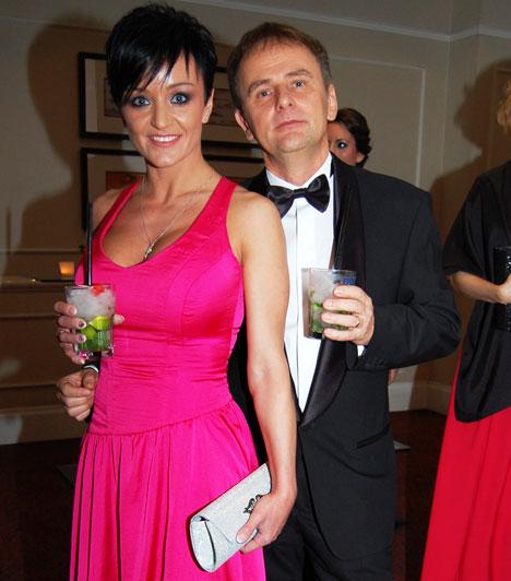 Szandi és Bogdán CsabaAz énekesnő és zenész férje idén sem hagyták ki a számos sztárt felvonultató eseményt. A házaspár 2012 júniusában ünnepelte, hogy kereken 20 éve csattant el közöttük az első csók. 1999-ben házasodtak, össze, három gyermekük született, Blanka, Domonkos és Csaba.