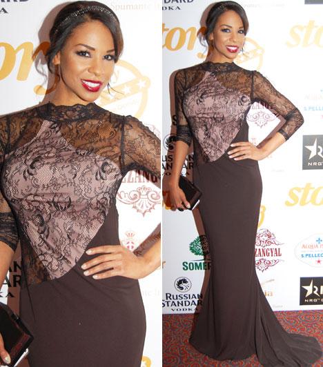 Aryee Claudia Dedei  A SportKlub Tücsinek becézett műsorvezetője karcsú alakját egy fekete, csipkével díszített Envy ruhában mutatta meg.