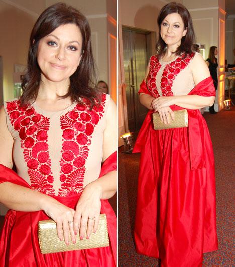 Erdélyi Mónika  A műsorvezető a piros szín mellett döntött az idei Story-gálán, a matyó mintás darabot az énekesnő, Csézy tervezte.