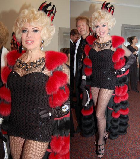 Medveczky Ilona  A 73 éves dívát még ma is sokan irigyelhetik az alakjáért, amelyet nem is takargatott a Story-gálán. Necc és szőrme, piros és fekete - ezek voltak extravagáns öltözetének fő elemei.
