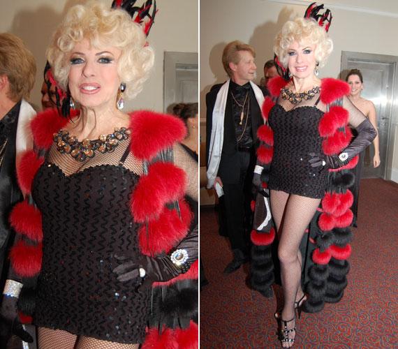 73 évesen ilyen alakkal rendelkezni nem semmi - Medveczky Ilona nem is takargatta formás idomait és gyönyörű lábait.
