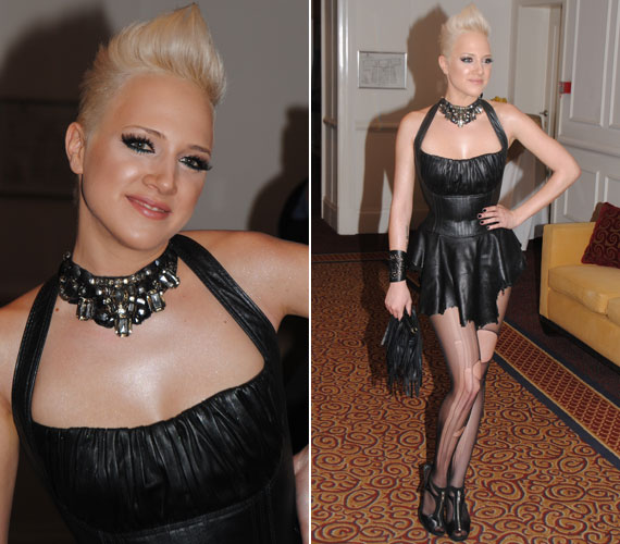 Tóth Gabi máig híres a merész ruhaválasztásáról, ez 2011-ben sem volt másként. Az énekesnőnek nemcsak a bőrruhája, de a harisnyája is tépett volt.