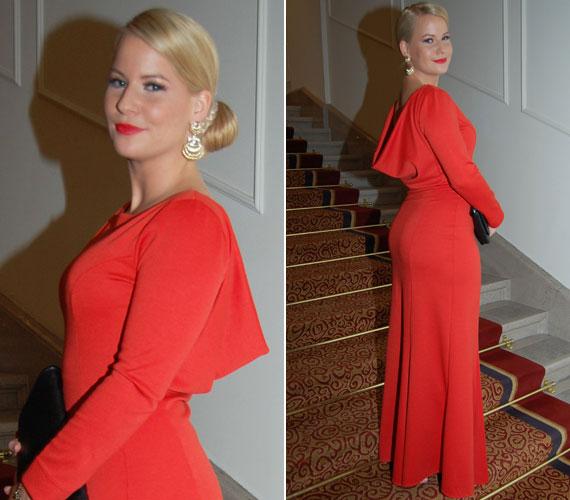 Mádai Vivien műsorvezető két évvel ezelőtt viselt, egyszerű vonalvezetésű ruhájának különlegességét a figyelemfelkeltő piros szín és az ejtett hát adta.