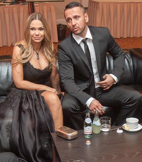 Majka és Dundika                         Az év férfi televíziós személyisége díjjal kitüntetett műsorvezető és rapper idén nem sokáig partizott.