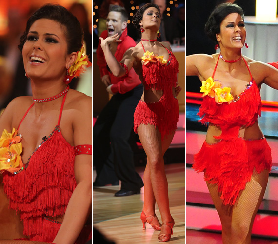 A piros jól áll a 30 éves táncosnőnek: ez a tűzpiros, sárga virágokkal díszített darab csodás lábai mellett éppen annyit mutatott még, amennyi izgalmassá tette a megjelenését.