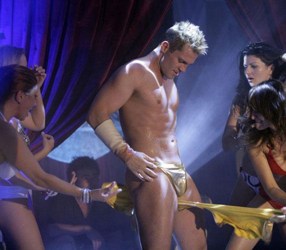 Hujber Ferenc a Magic Boys című filmben alakít sztriptíztáncost a hölgyek nagy örömére. A filmvásznon nemcsak a pólójától szabadul meg, hanem egy szál tangában lejt a színpadon.