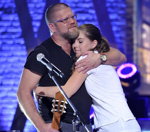 A Quimby Most múlik pontosan című számát adta elő apa és lánya a DTK Show-ban.