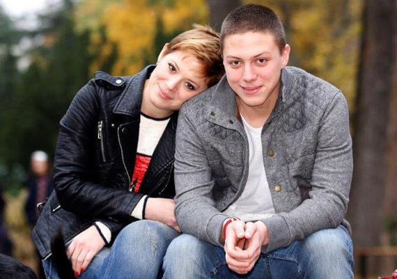 Szinetár Dóra még nem is töltötte be 18-at, amikor hozzáment a nála 20 évvel idősebb balett-táncoshoz, Lőcsei Jenőhöz. 20 évesen adott életet első gyermekének, Marcinak, aki már 19 éves, és nagyon hasonlít édesanyjára.