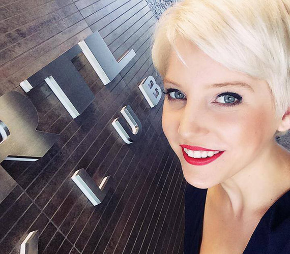 Szabó Zsófi az RTL Klub programigazgatója szerint nemcsak színésznőként, de műsorvezetőként is kiteljesedhet az RTL Klubnál. A fiatal sztár szerda este a Facebook-oldalán üzent rajongóinak és feltöltött egy képet, az új munkahelyén készült róla.