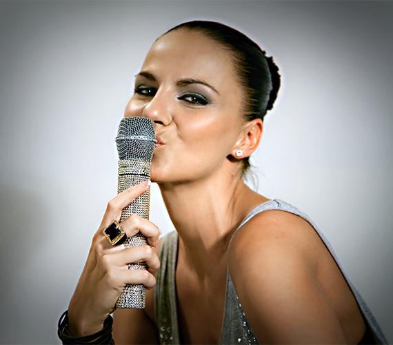 A Nox egykori énekesnője, Péter Szabó Szilvia három éve, egy hatalmas szerelmi csalódás miatt egészen Ausztráliáig menekült. Jelenleg Anglia és hazánk között ingázik, összeszedte magát, így már kész egy újabb kapcsolatra.