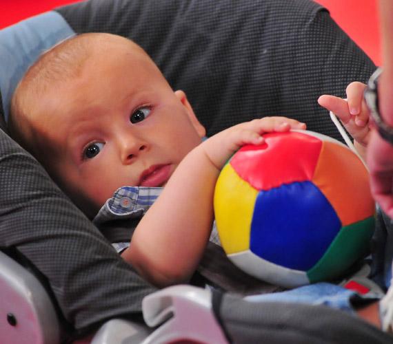 Ádám nagyon jól érezte magát a stúdióban, ha épp nem apukája kezében volt, színes labdájával játszott.