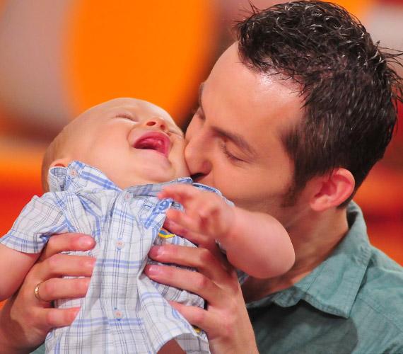 Ha csak lehet, a büszke apuka minden szabad percét tündéri kisfiával tölti.