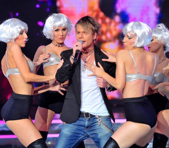 A lányok kedvencének, Talán Attilának a produkcióját is ledér táncos lányok turbózták fel.