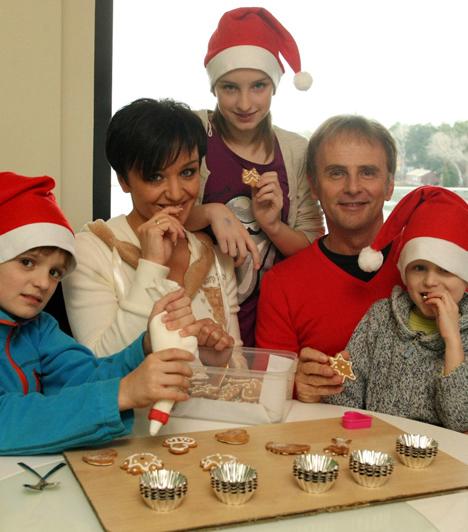 Három gyerekSzandinak és férjének három gyermeke született: egy kislány, Blanka és két kisfiú, Domonkos és Csaba. Vallásos nevelésben részesítik őket.