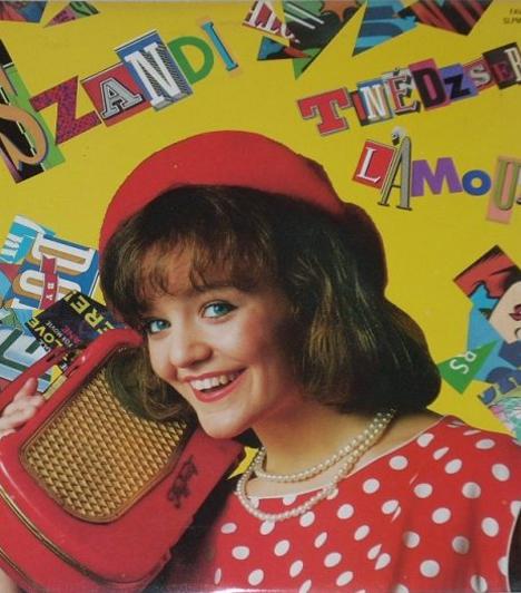 Tinédzser l'amour                         1990-ben megjelent második lemeze, a Tinédzser l'amour. A következő évben pedig főszerepet kapott a Szerelmes szívek című filmben, amelyhez kiadta saját filmzenealbumát is.