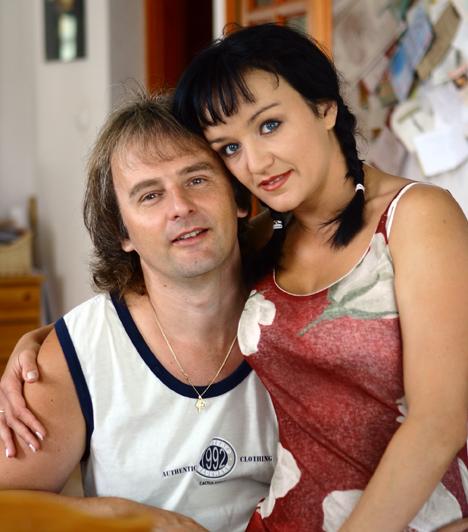 Bogdán CsabaSzandi 16 éves volt, amikor megismerkedett Bogdán Csaba producerrel, akivel hamarosan egymásba szerettek és össze is költöztek.