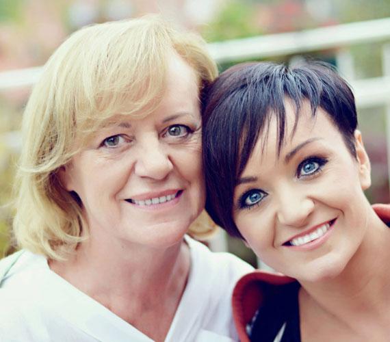 Ugyanaz az arcforma, ugyanaz a mosoly, orr, száj és szemöldök. Szandi és az édesanyja le sem tagadhatnák egymást.