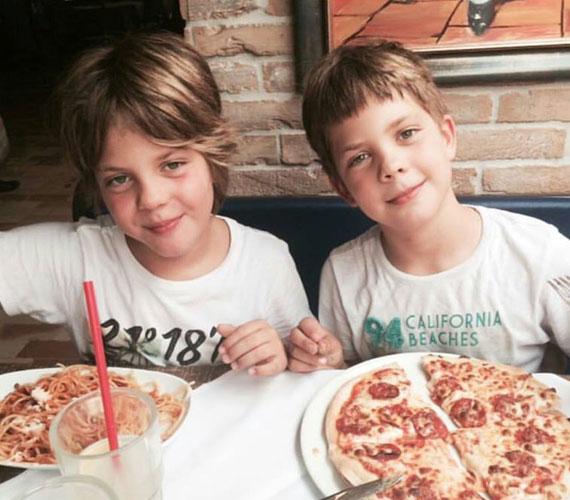 Ada és ikerfiai kihasználták a jó időt, nyáron sokat mulattak a vízparton hármasban. Ez a pizzázós kép is ilyen alkalommal készült.