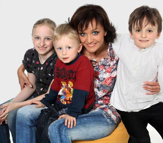 Szandi három gyermekével: Blanka itt 11, Csabika nyolc és fél, Domonkos ötéves volt.