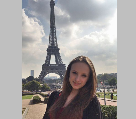 Blanka az Eiffel-toronynál - a 14 és fél éves tini sok bókot bezsebelt ezzel a fotóval.