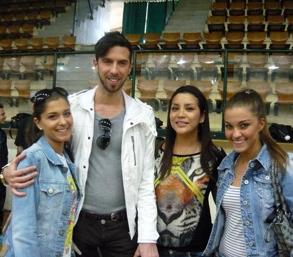 Varga Viktor hölgykoszorúban mosolyog: oldalán Széles Iza és a Summer Sisters.