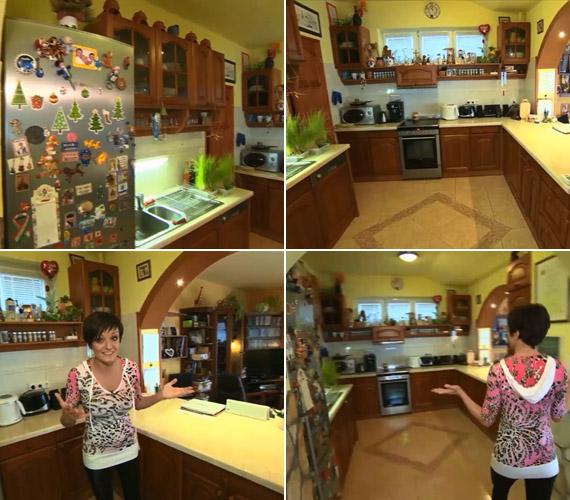A tágas, fabútorokkal berendezett konyha. A hűtő tele van emlékekkel: a gyerekek fotói mellett minden hűtőmágnes egy-egy utazásra emlékeztet, vagy barátoktól kapták ajándékba.