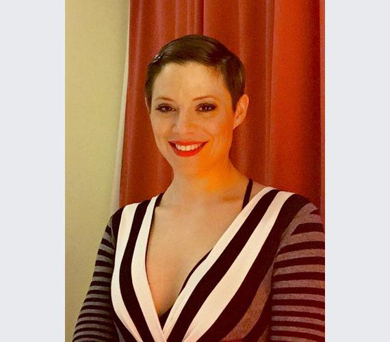 Szinetár Dóra Zalakaroson koncertezett a hétvégén a csíkos ruhában. A kommentelők szerint sugárzóan szép volt, de rövid frizurájával máig sokan nincsenek kibékülve.