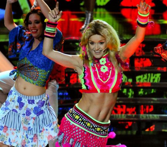 Nem a most vasárnapi produkció volt az első, amikor Szandi Shakira bőrébe bújhatott. Az énekesnő a korábbi szériában a Waka Waka című számmal remek hangulatot teremtett. Claudia akkor azt mondta, nem fair, hogy egy 37 éves édesanyának ilyen hasizma legyen.