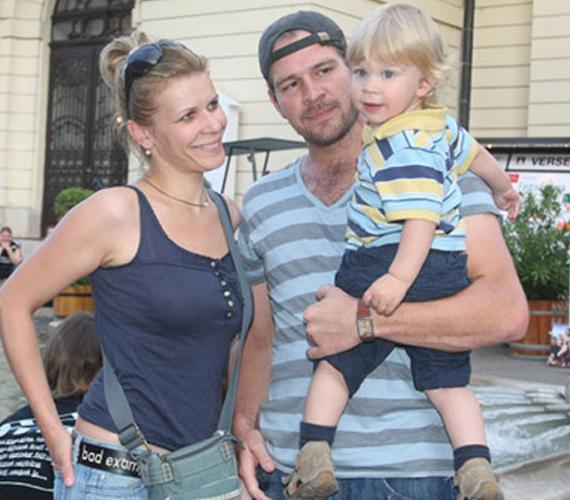 A 41 éves Schell Judit és férje, a szintén színész Schmied Zoltán 12 évvel ezelőtt ismerkedtek meg a színpadon. Három gyermeket nevelnek közösen, egyikük a színésznő előző házasságából született.