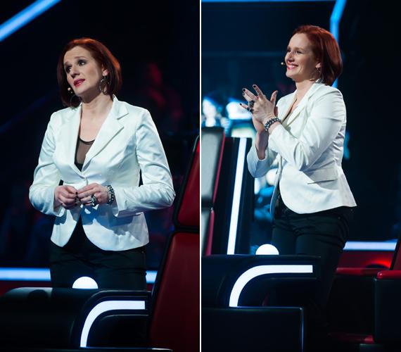 Malek Andrea szexi és elegáns, hófehér blézert viselt a fekete, kissé átlátszó felső fölött. A hatást vörös rúzzsal és egyéb kiegészítőkkel fokozta.