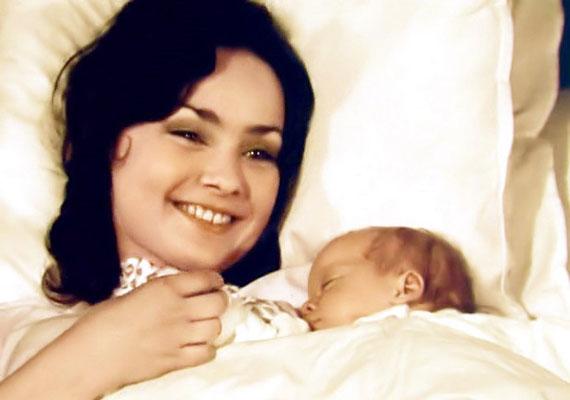 """A fotó ugyan az Alvilági kérő című 1976-os filmből való, de Szerencsi Éva később valóban anya lett. Miután elmúlt 30, nagyon vágyott egy gyermekre.""""Ekkoriban találkoztam egy orvossal. Ő lett a fiam, Imi édesapja. Egyikünk sem ragaszkodott hozzá, hogy papírral is megpecsételjük a kapcsolatunkat. Mai eszemmel tudom, annyira vágytam az anyaságra, hogy belehajszoltam magam ebbe a kapcsolatba. Amit persze soha nem bántam meg"""" - mesélte."""