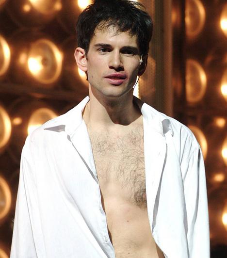 Mátyássy BenceAz ország a Kontroll Gyaloggaloppjaként ismerte meg a tehetséges ifjú színészt, aki a színpadon is igyekszik folyamatosan bizonyítani, hogy nem csupán egy szexi pasi a sok közül. Bence egyébként 1981-ben született, a Színművészetit pedig 2007-ben végezte el zenész-színész szakon.